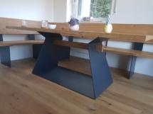 Holztisch mit Stahlfuß